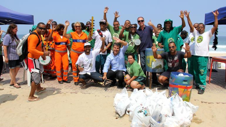 Clean Up The World: mutirões de limpeza conscientizam banhistas nas praias em Niterói e no Rio de Janeiro