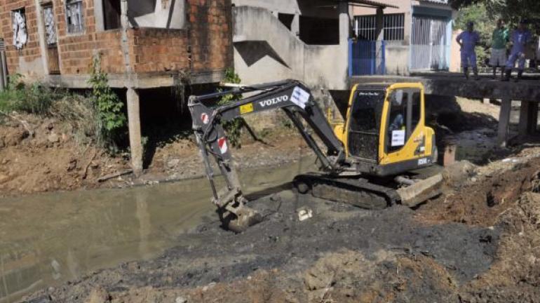 Limpeza do Córrego das Laranjeiras continua em Barra Mansa