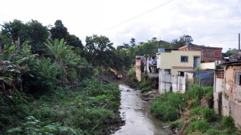 Toneladas de lixo são retiradas do Rio Barra Mansa