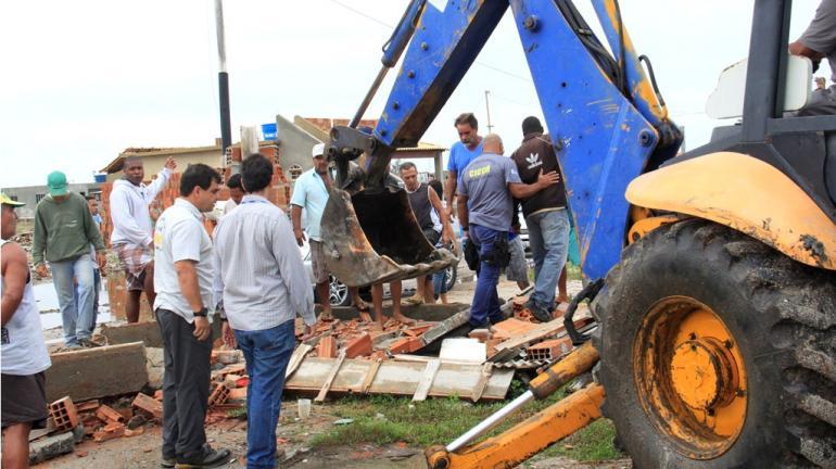 Inea realiza demolição de construções irregulares em área de preservação de Arraial do Cabo