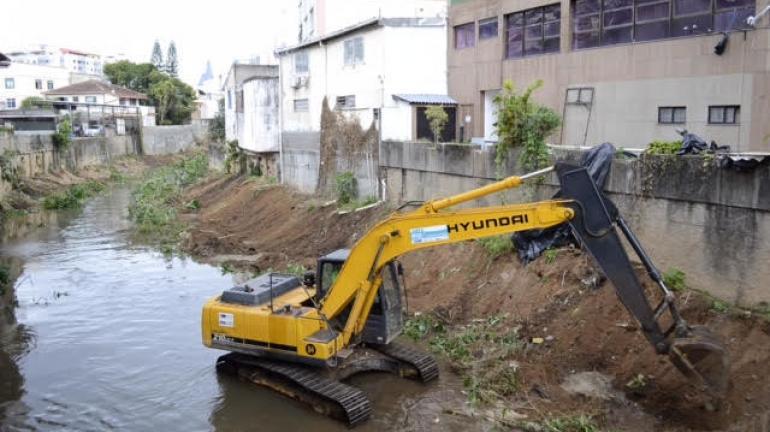 Limpa Rio faz operação no Rio Paquequer, em Teresópolis