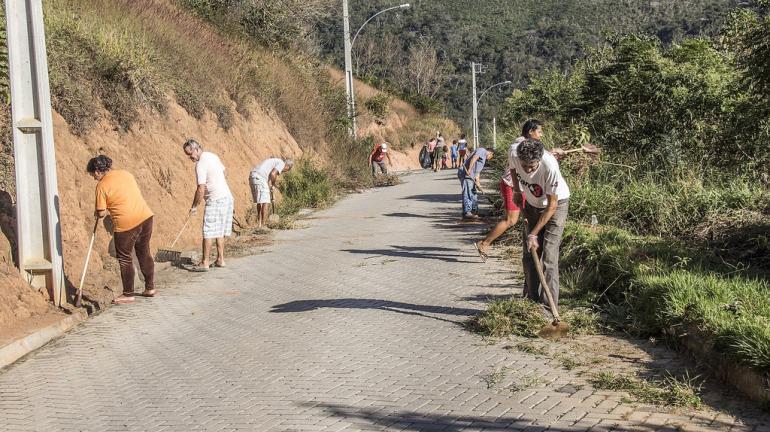 Mutirão recolhe lixo e mato de condomínio no Vale do Cuiabá, em Petrópolis