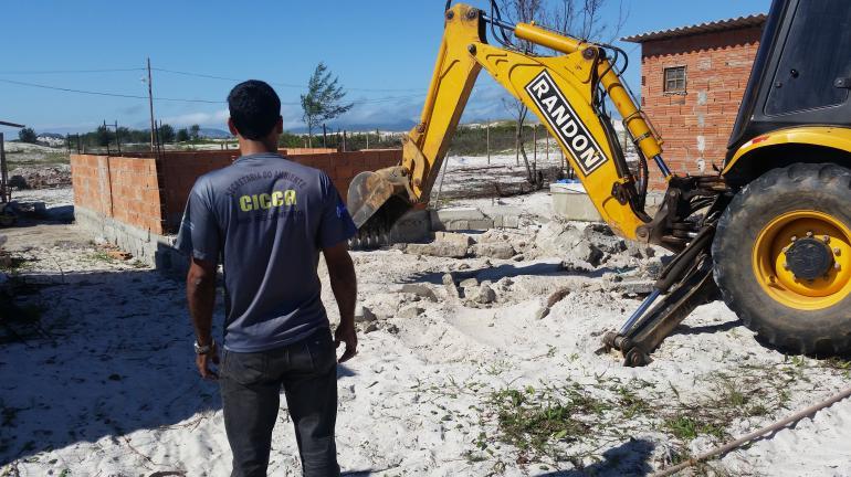 Secretaria do Ambiente destrói construções irregulares no Parque da Costa do Sol, em Arraial do Cabo