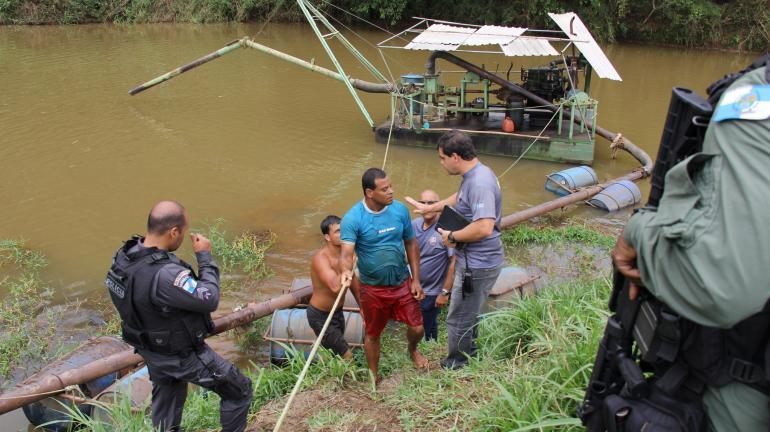 Operação contra extração ilegal de areia prende duas pessoas em Valença