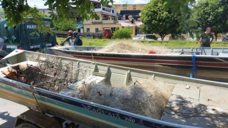 Policiais ambientais apreendem três mil metros de redes de pesca no Rio Paraíba do Sul, em São Fidélis