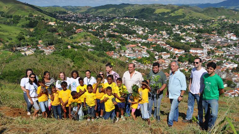 André Corrêa contribui para reflorestamento em Vassouras