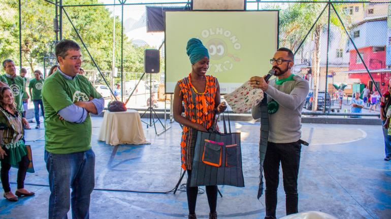 Secretaria Estadual do Ambiente promove Mutirão para plantar mudas frutíferas na Rocinha com o  Programa de Olho no Lixo