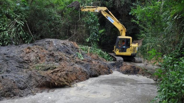 Córrego de Pinheiral recebe serviço de dragagem e desassoreamento