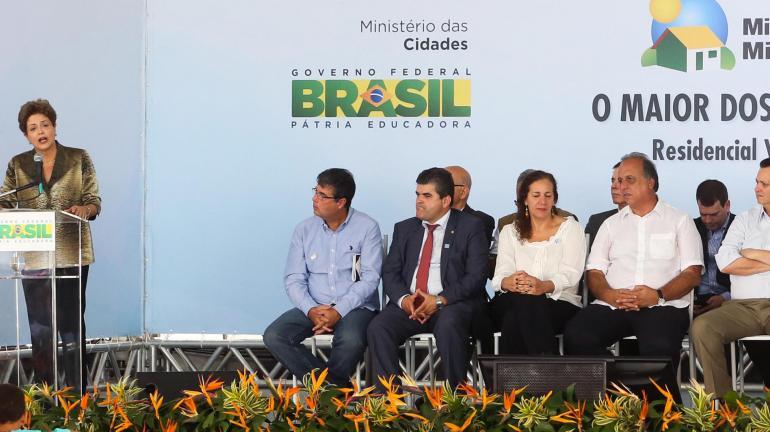 Secretário André Corrêa participa de entrega de apartamentos em Duque de Caxias