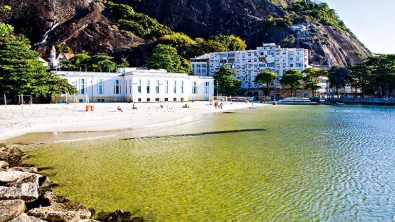 Própria para o banho na maior parte de 2017, Praia da Urca promete ser mais um point do verão carioca