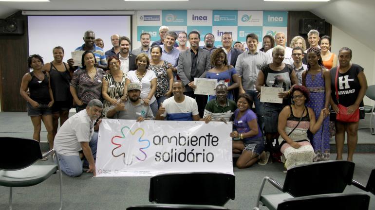 Catadores que atuaram na coleta seletiva durante os Jogos Olímpicos e Paralímpicos recebem certificados de participação