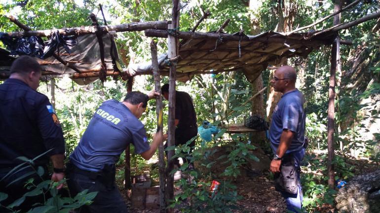 Secretaria do Ambiente destrói rancho utilizado por caçadores de animais silvestres no Parque da Cidade, em Niterói