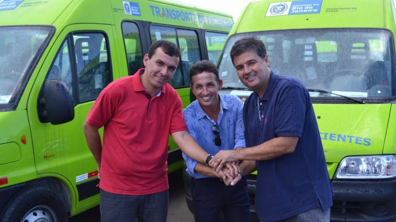 Governo do Estado entrega duas vans para São Pedro da Aldeia e anuncia investimento de R$ 40 milhões em rodovia