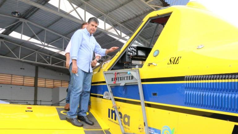 Secretaria do Ambiente entrega aeronave equipada com cisterna para combater incêndios florestais