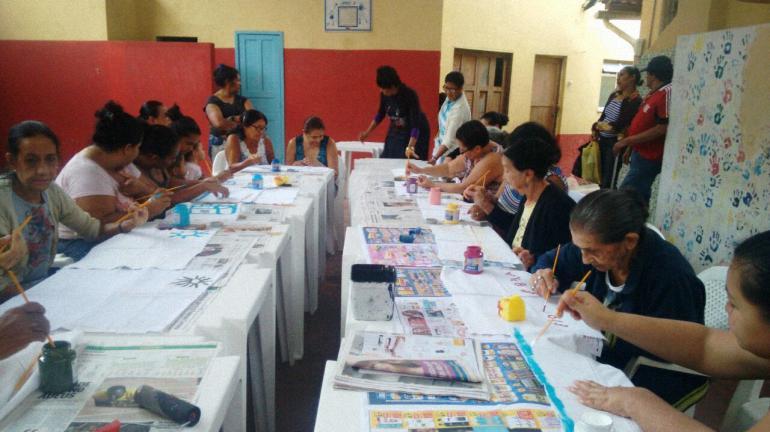 Projeto De Olho no Lixo abre oficina de moda para mulheres carentes que vivem na Rocinha