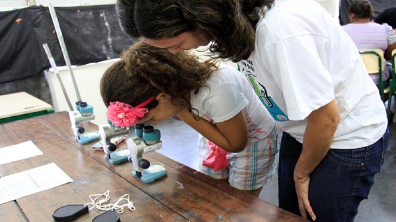 Pais e alunos de Ciep em Alcântara conhecem benefícios das obras de saneamento básico