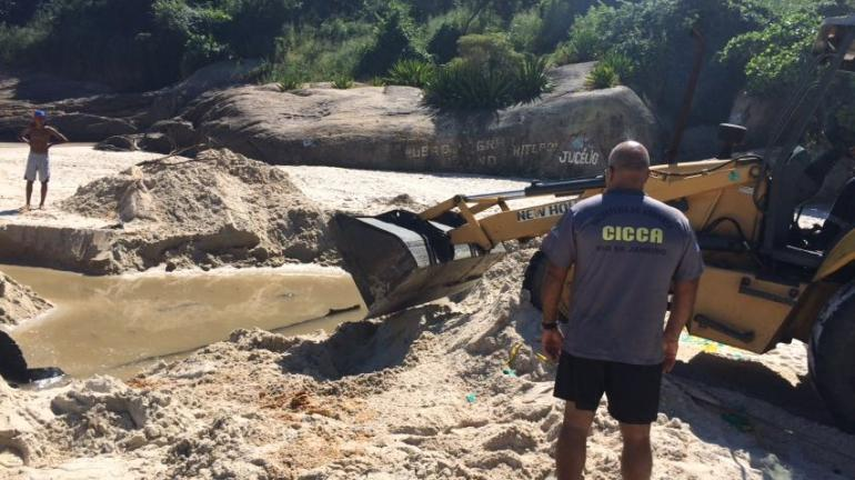 Inea recolhe destroços de navio na Praia de Adão e Eva
