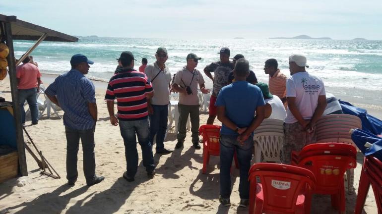 Instituto Estadual do Ambiente fiscaliza ordenamento dos quiosques em praia de Cabo Frio