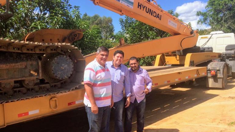 Máquina pesada chega para iniciar benfeitorias no Rio do Mato, em São José da Boa Morte