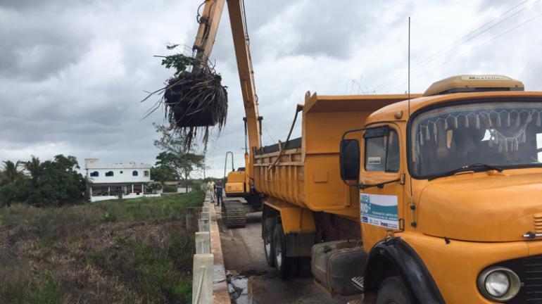 Máquinas já atuam na limpeza de canal na área da Ponte do Gote, em Campos