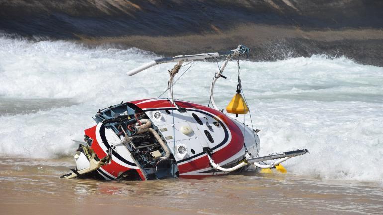 Inea acompanha remoção dos destroços de helicóptero que caiu na Reserva Extrativista Marinha de Itaipu, em Niterói