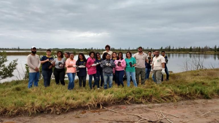 Estudantes participam de plantio de mudas na APA Estadual de Massambaba