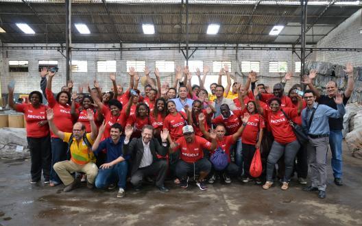 Reciclagem inclusiva: parceria inédita - 240 catadores em rede solidária realizam coleta seletiva diretamente das arenas olímpicas