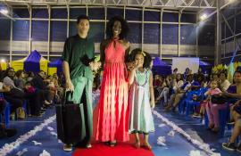 Desfile de moda sustentável agita quadra poliesportiva da Rocinha, na Zona Sul do Rio