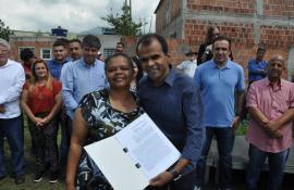 Moradores de Nova Conquista recebem títulos de posse