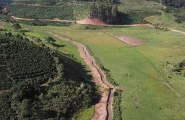 Prefeitura de Varre-Sai, em parceria com o Inea, realiza limpeza do Ribeirão Varre-Sai