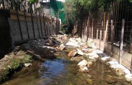 Polícia Ambiental, com ajuda do Linha Verde, flagra construção irregular de um muro de contenção no interior do leito do rio Cascata dos Amores, em Teresópolis