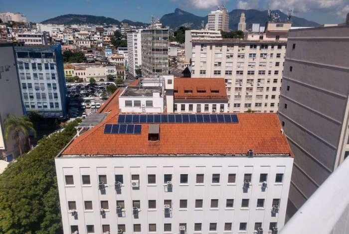 Painéis fotovoltaicos no telhado do prédio do Inea