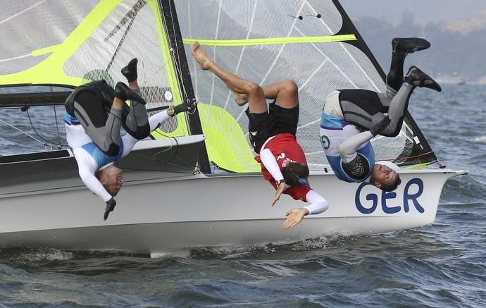 Velejadores celebram medalhas mergulhando na Baía de Guanabara