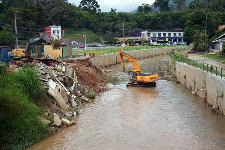 Obra de contenção do Rio Bengalas chega a Duas Pedras