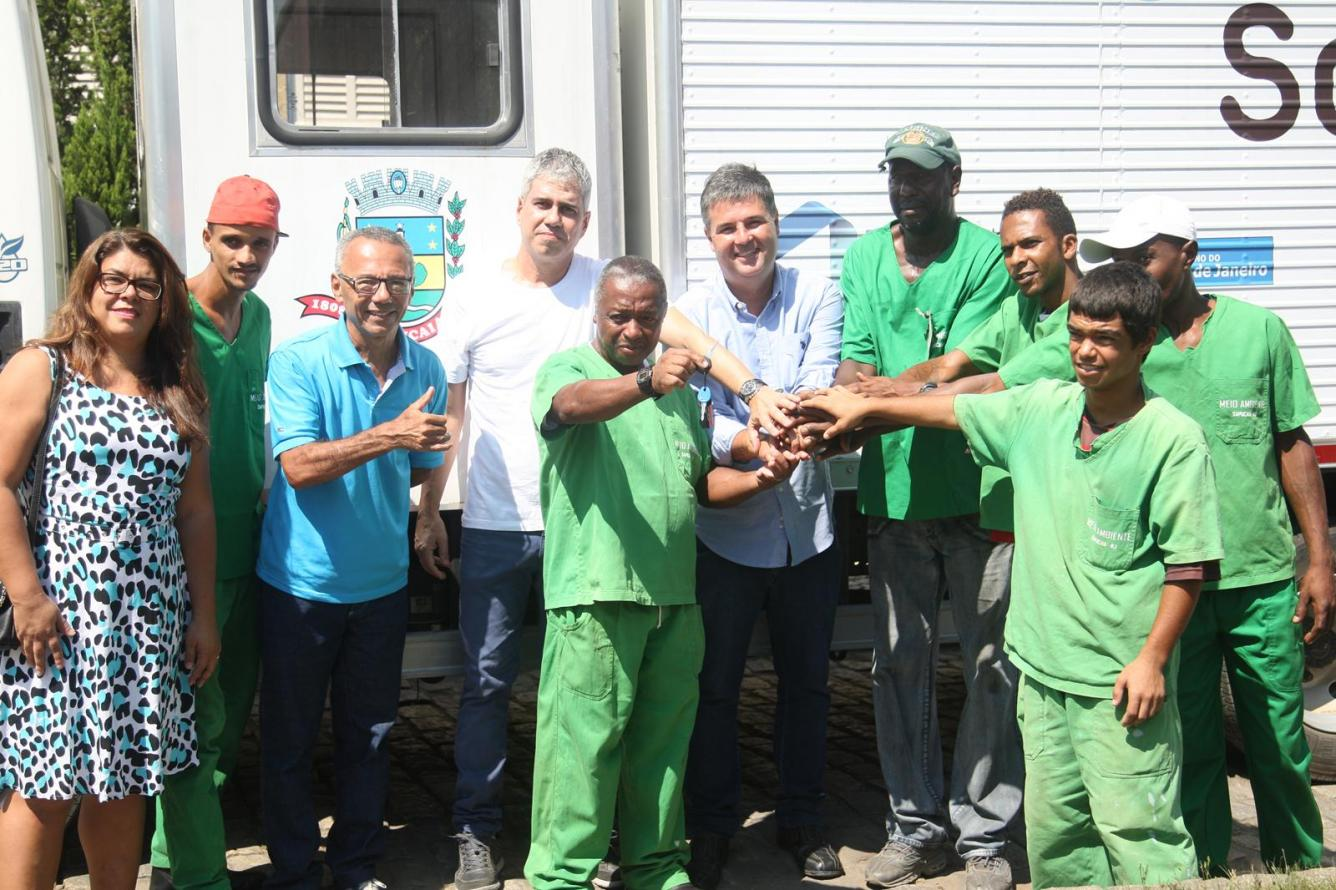 Secretário André Corrêa entrega caminhão de Coleta Seletiva para Sapucaia