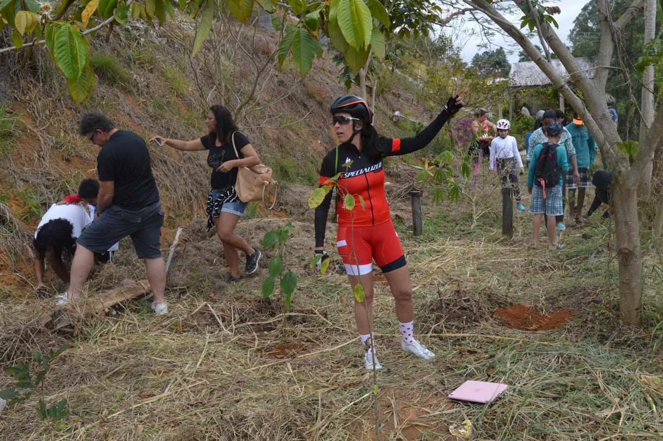 Prova internacional de ciclismo realiza plantio de mudas da Mata Atlântica, organizado pelo Inea, em Conservatória