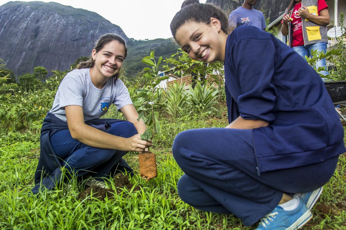 Estudantes e moradores plantam mudas da Mata Atlântica em comunidade quilombola de Petrópolis