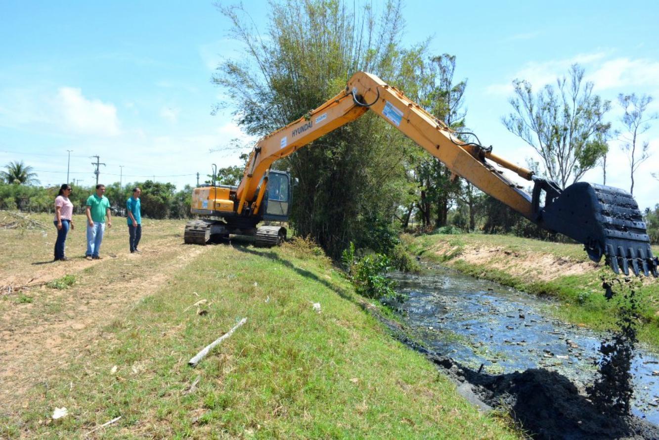 Canal da Vila Esperança, em São João da Barra, passa por limpeza