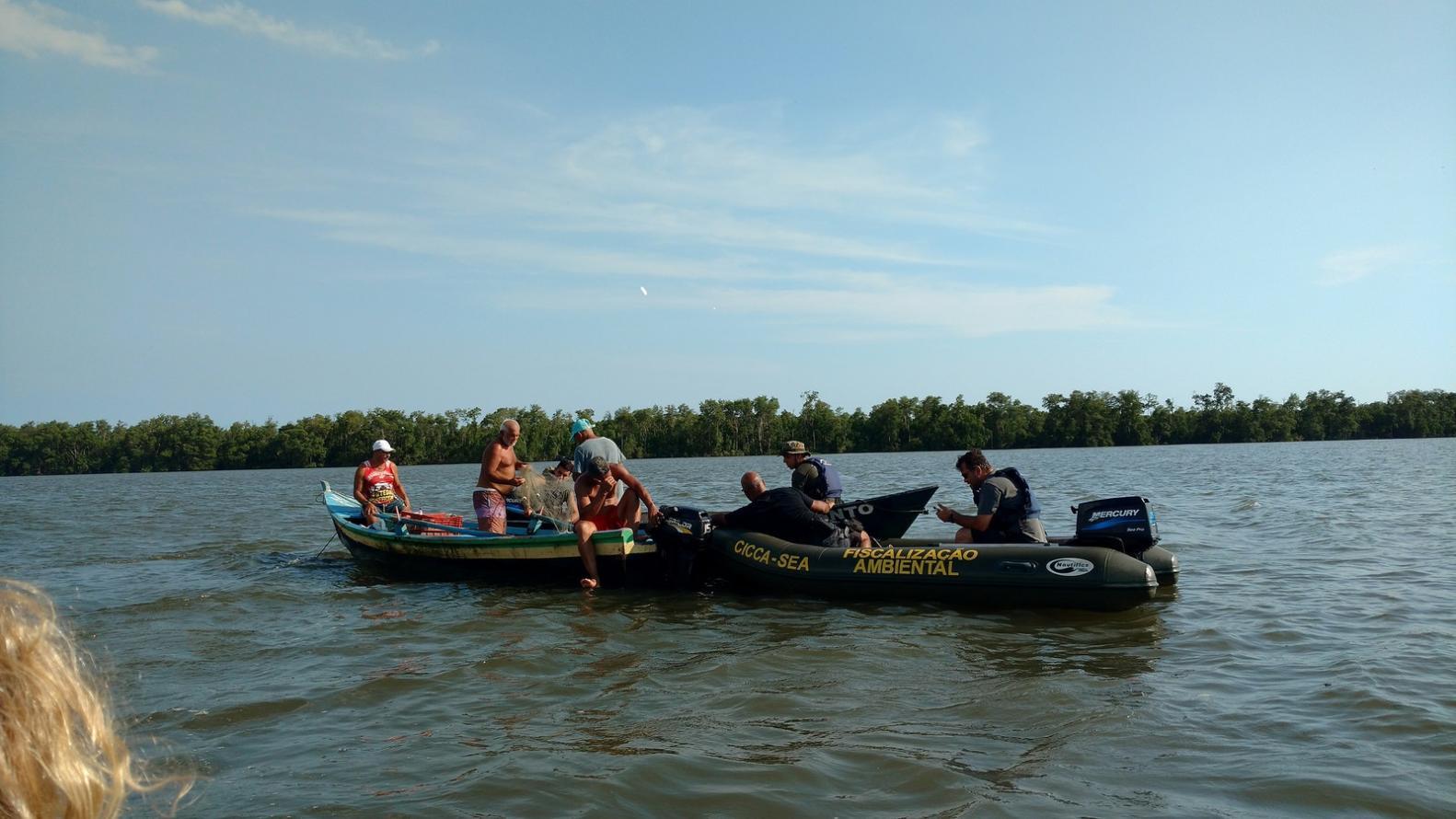 Operação de fiscalização apreende 700 metros de rede de pesca em Guaratiba