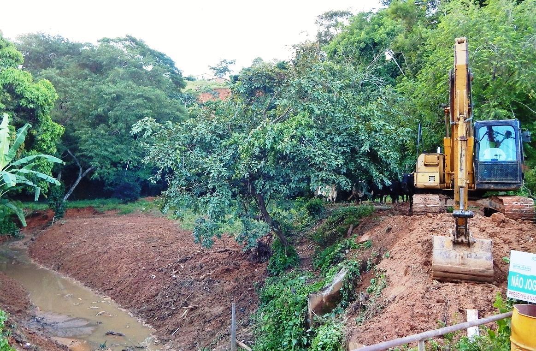 Operações do Limpa Rio chegam ao córrego Santa Rosa