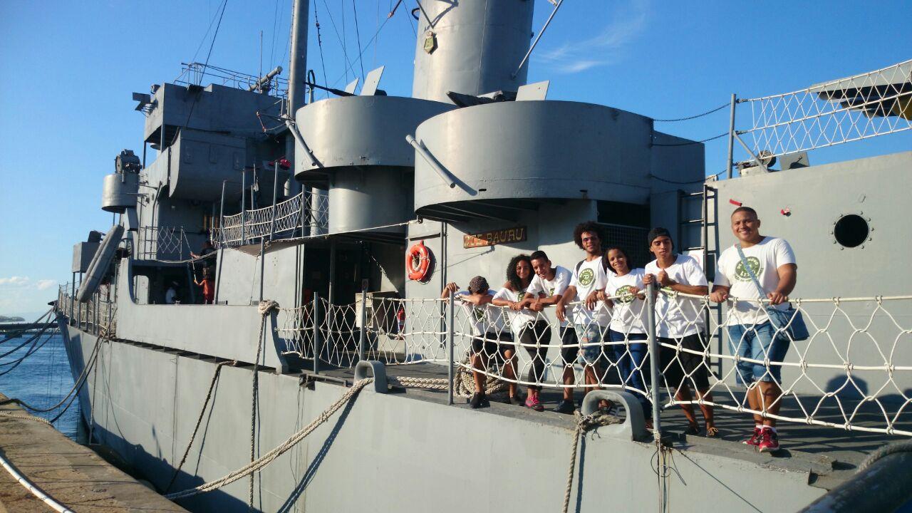 De Olho no Lixo leva jovens para navegar pela Baia de Guanabara