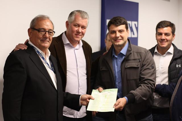 Prefeito entrega licença de operação para a Carl Zeiss: Emprega diretamente 580 pessoas em Petrópolis