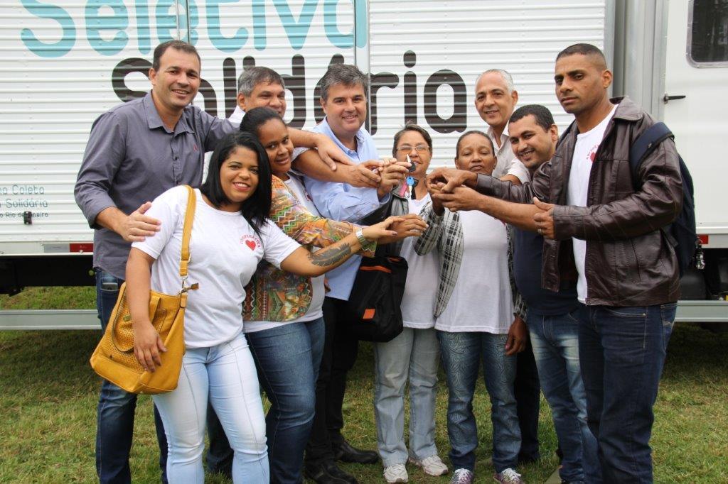 Deputado André Corrêa participa da entrega do caminhão de coleta seletiva para Cachoeiras de Macacu