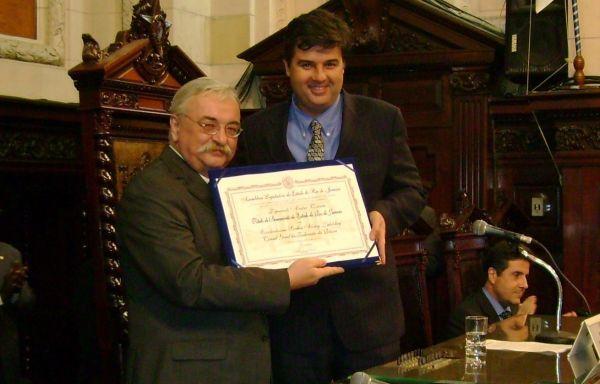 André Corrêa entrega título de cidadão fluminense ao cônsul da Rússia