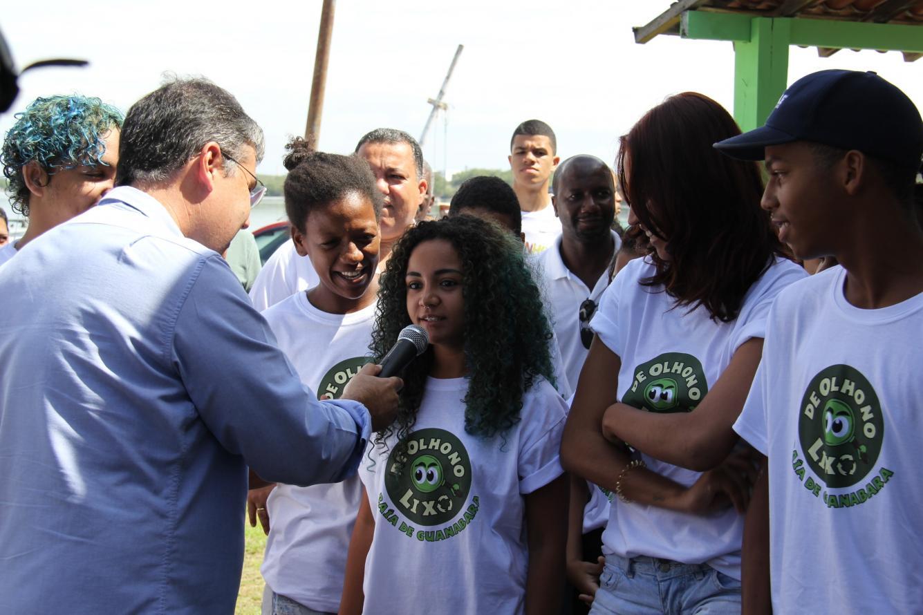 Projeto De Olho no Lixo é lançado na comunidade Roquete Pinto, em Ramos,  com a proposta de diminuir as cinco mil toneladas de lixo retidas nas ecobarreiras