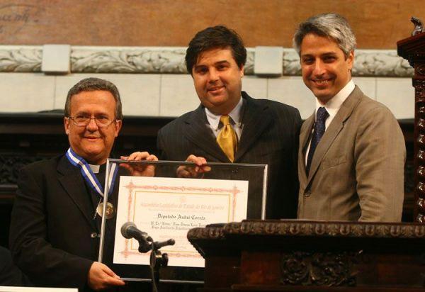 André Corrêa entrega Medalha Tiradentes a secretário-geral da CNBB