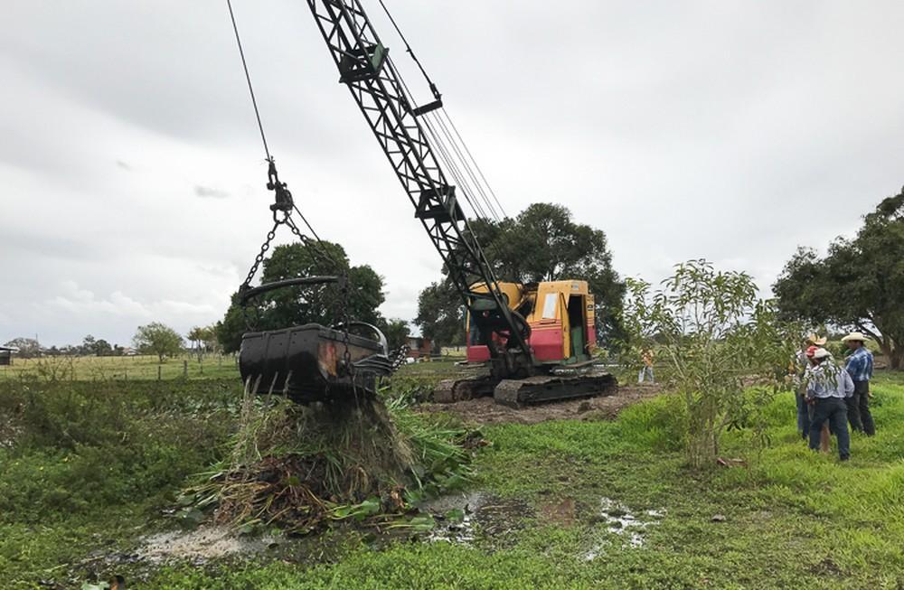 Começa o trabalho de limpeza dos canais de Campos, no RJ