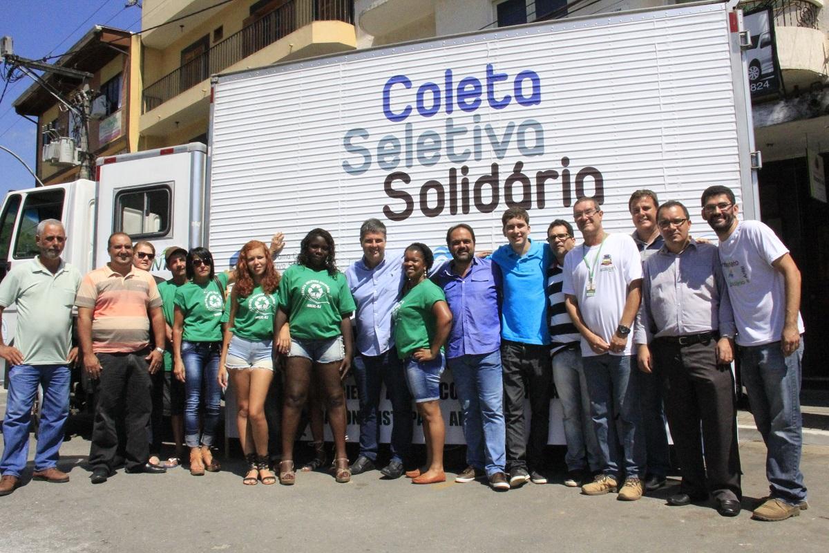 Secretário André Corrêa entrega caminhão para coleta seletiva de Areal