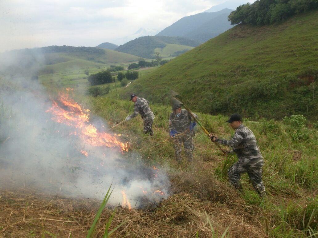 Servidores capacitados pelo Instituto Estadual do Ambiente participam de atividade prática de combate a incêndio florestal