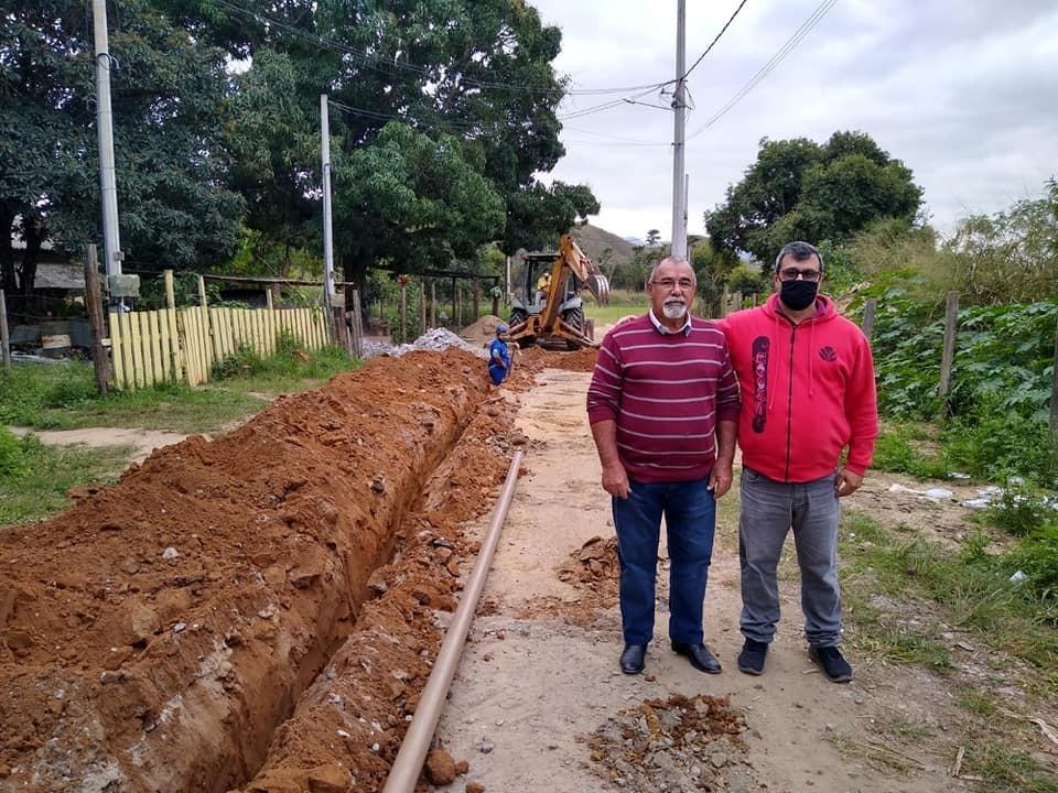 Vereador Manoel Melo acompanha obras de extensão de água e pavimentação no Ipiranga e Esquina da Alegria